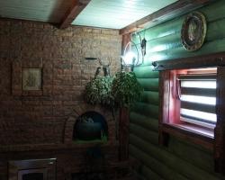 Стена из декоративного крипича и окрашенного в тон блок-хауса