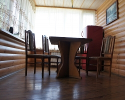 Блок-хаус на кухне покрыт прозрачным лаком