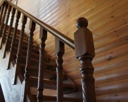 Балясины и пригласительный столб в конструкции лестницы