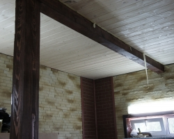 Брус крупного сечения и потолочная рейка в гараже