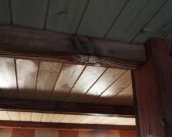Надежность устройства потолка - декорированный брус