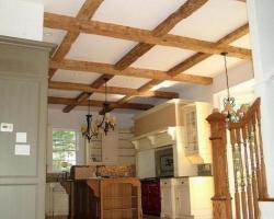 Деревянная балка на потолке